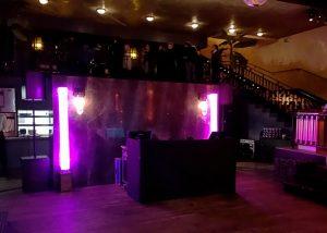 Régie DJ entourée de licialeds pour une soirée dansante à la Gare