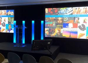 Double vidéo-projection, scène, fond de scène, pupitre sonorisé et écran de retour pour la prestation d'Unilever organisée par HRG