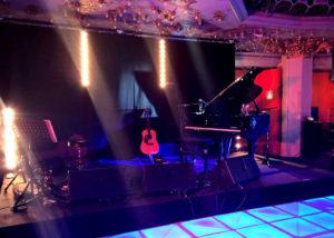 Mise en place de la scène, sonorisation et éclairage du concert privé de Calogero à la Brasserie Printemps