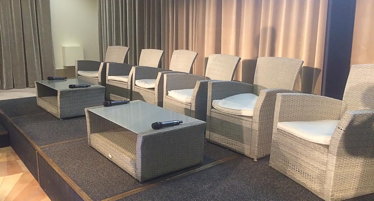 Salon avec micros à disposition pour les intervenants de la journée crédit d'AFDCC