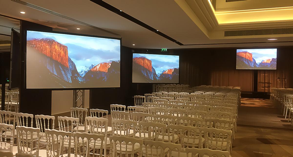 Ecrans de projection pour la diffusion des sources vidéos et de la retransmission des interventions pendant le journée crédit d'AFDCC
